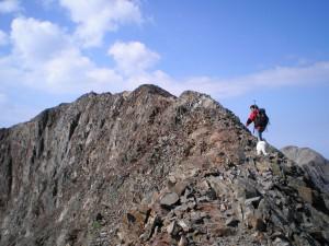 Montañero equipado en la cresta del Posets