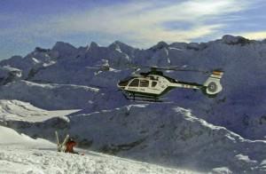 helicoptero rescatando esquí de montaña