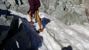 Zapatillas conCrampones, pantalón corto y sin piolet: Así no. Foto de Maspirineo